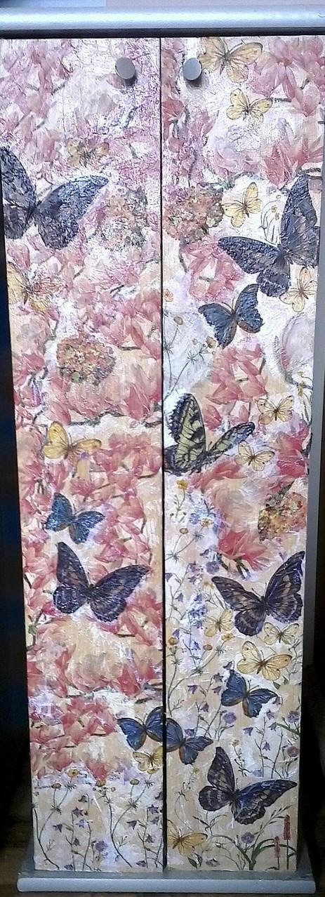 Was die Raupe Ende der Welt nennt, nennt der Rest der Welt Schmetterling. Wunderschöner Schrank - in liebevoller Erinnerung gestaltet.