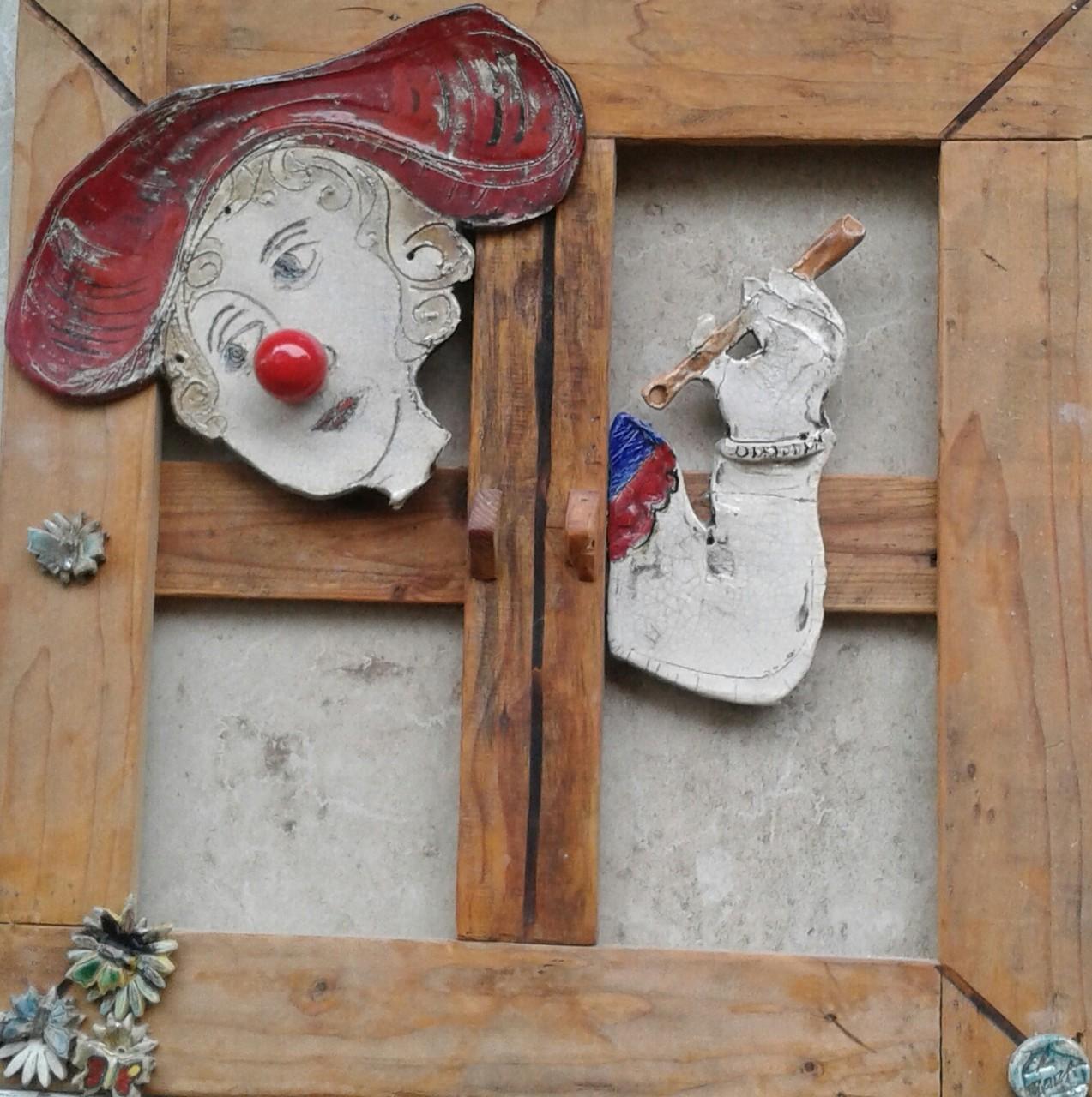 """finestra in legno con clown in ceramica raku donato in occasione della manifestazione """"il naso rosso""""(bambini in ospedale)"""
