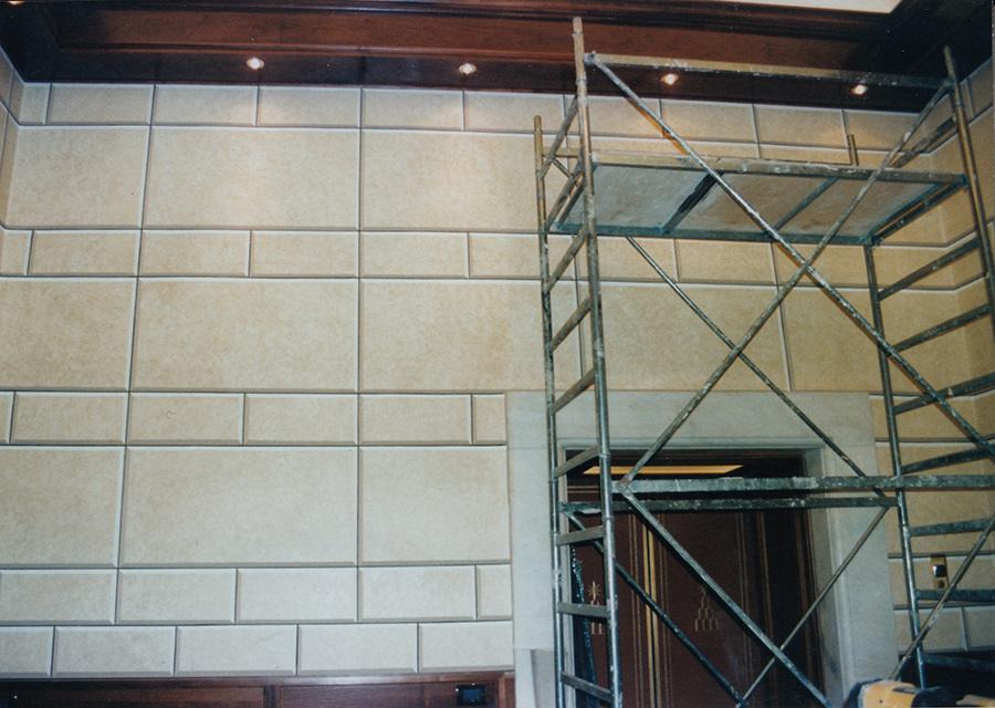 Decorazione murale. Decorazione del secondo sbarco ascensori con finto bugnato. Palazzo Chigi a Roma. Rosa Decorazioni