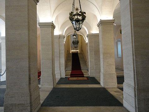 Restauro travertini e decorazione a finto travertino della scala d onore di Palazzo Chigi a Roma - Rosa Decorazioni