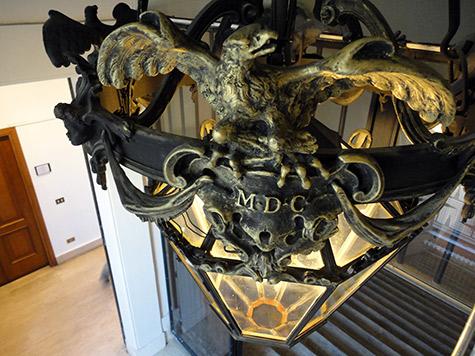 Particolare del restauro conservativo e successivo reitegro delle dorature dei lampadari dello Scalone d'Onore e del cortile di Palazzo Chigi - Roma - Rosa Decorazioni