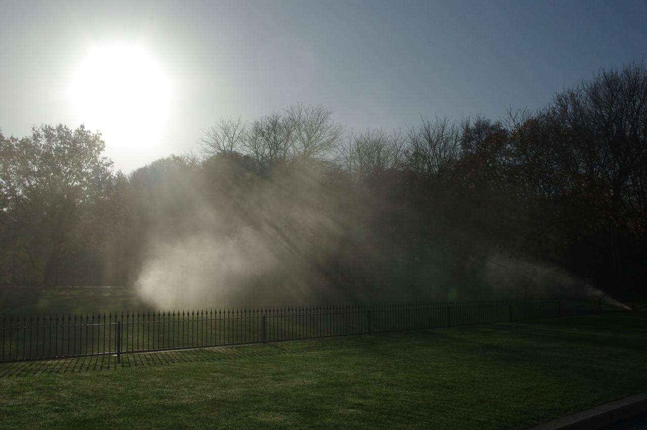 unterirdische Wasserleitungen sorgen für Gieß-Sprühwasser auf dem Schloß-Rasen