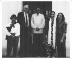 Besuch von Herrn Hobohm mit seiner Familie 1990 in der Berliner Moschee, in der Mitte der damalige Imam Saeed Ahmad Chaudhry