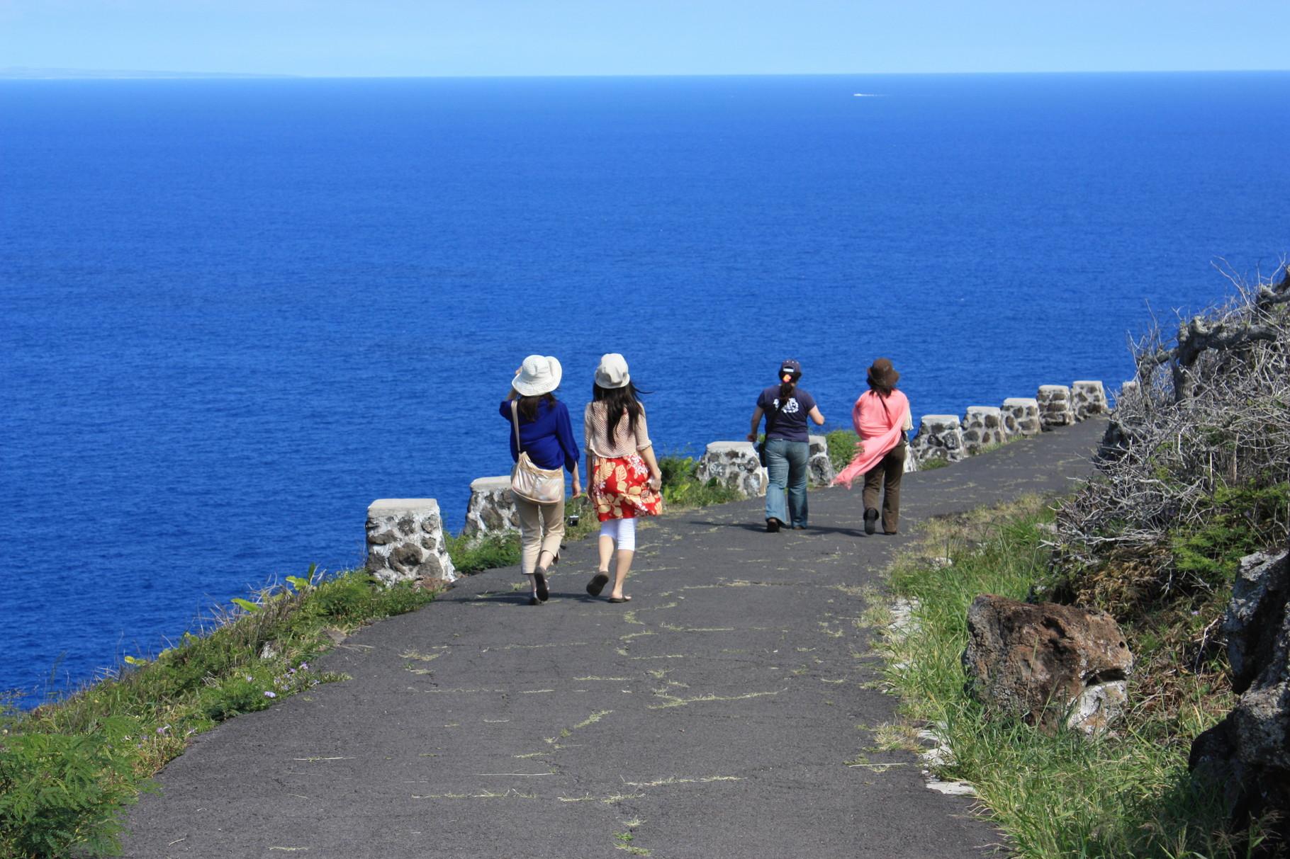 青い空、青い海!坂を下りるに従って思考が軽くなっていく~