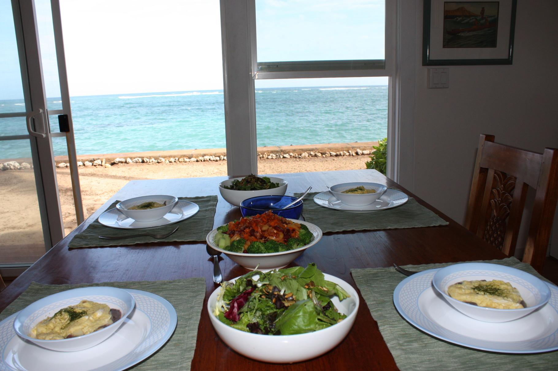 食卓から見えるのは青い海
