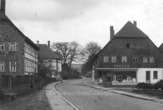 Blick auf den ehemaligen Konsum und das alte Pfarrhaus