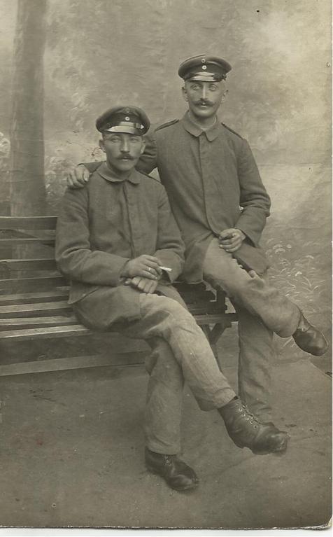 Zwei Kameraden, rechts August Helling