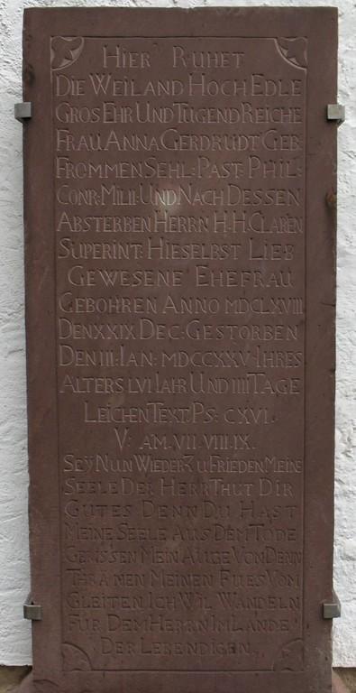 Tafel am Nebeneingang der Kirche