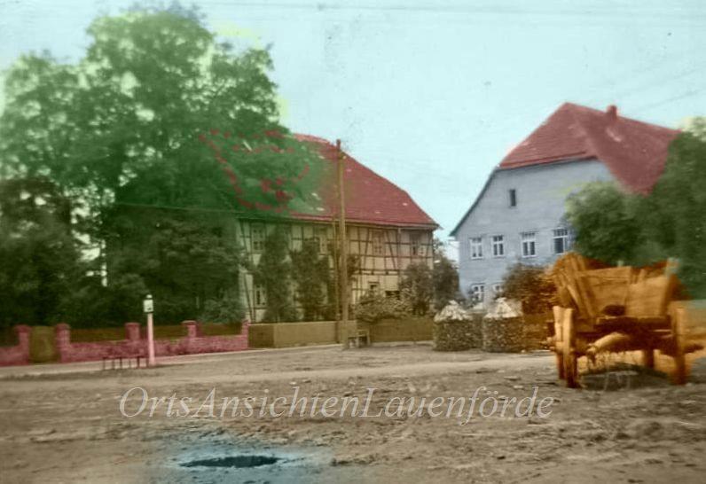 Dorfplatz mit Blick auf das alte Pfarrhaus.