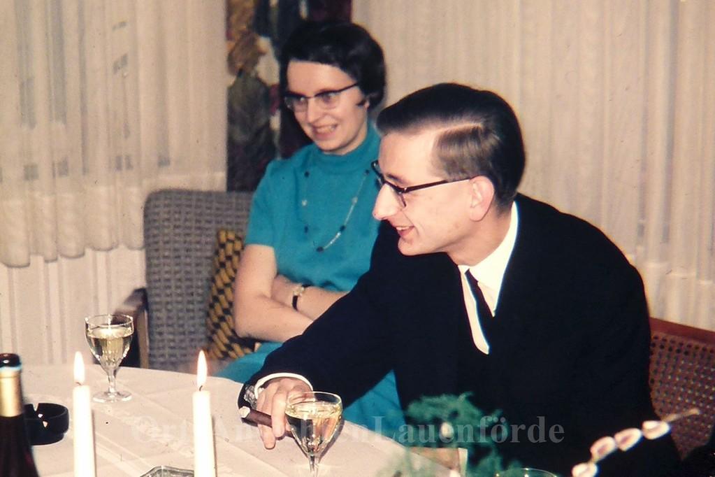Fräulein Sprengel und Pastor Schomerus 1967 bei einem Taufbesuch.