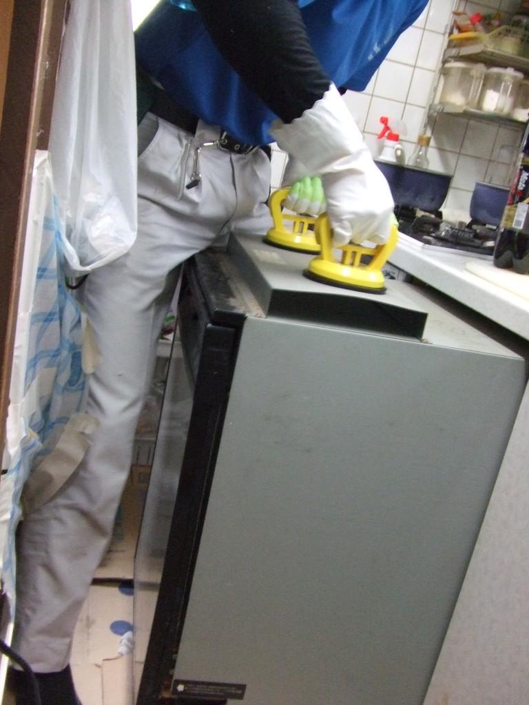 古くなったビルトイン食洗機を取り出し。
