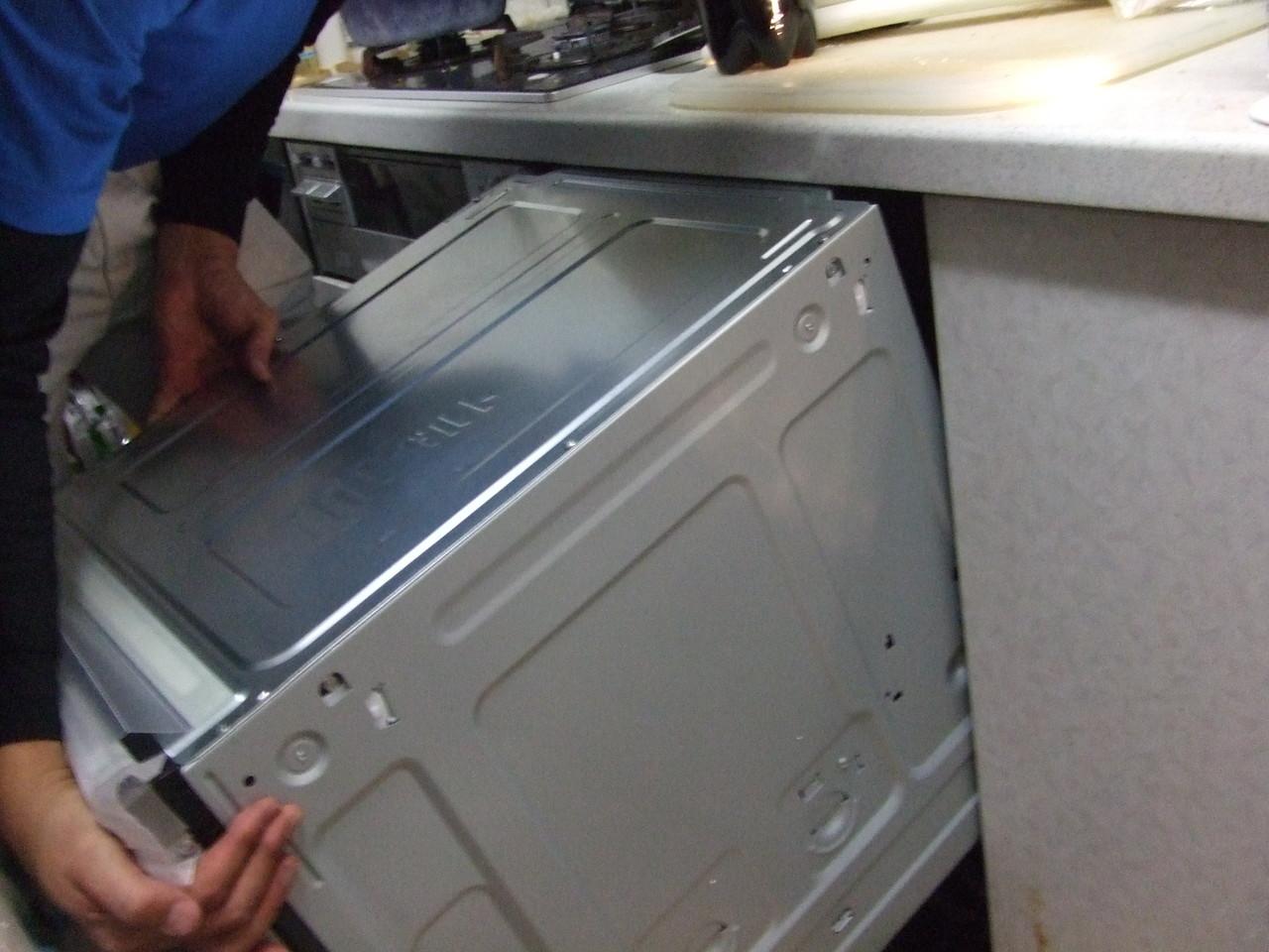 枠組みを設置して新しいビルトイン食洗機を設置。