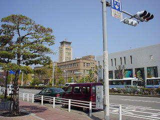 ②駅前・国道208号線を左に          前方に市役所が見えています