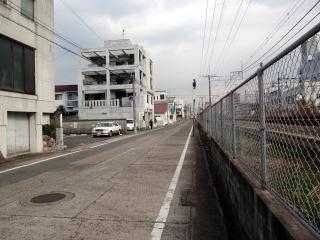 ⑦踏切を渡ってすぐ右折、線路沿いを進むと左手に教会が見えて来ます              因みに、踏切を左折すると、大牟田駅西口(西鉄側)正面に出ます