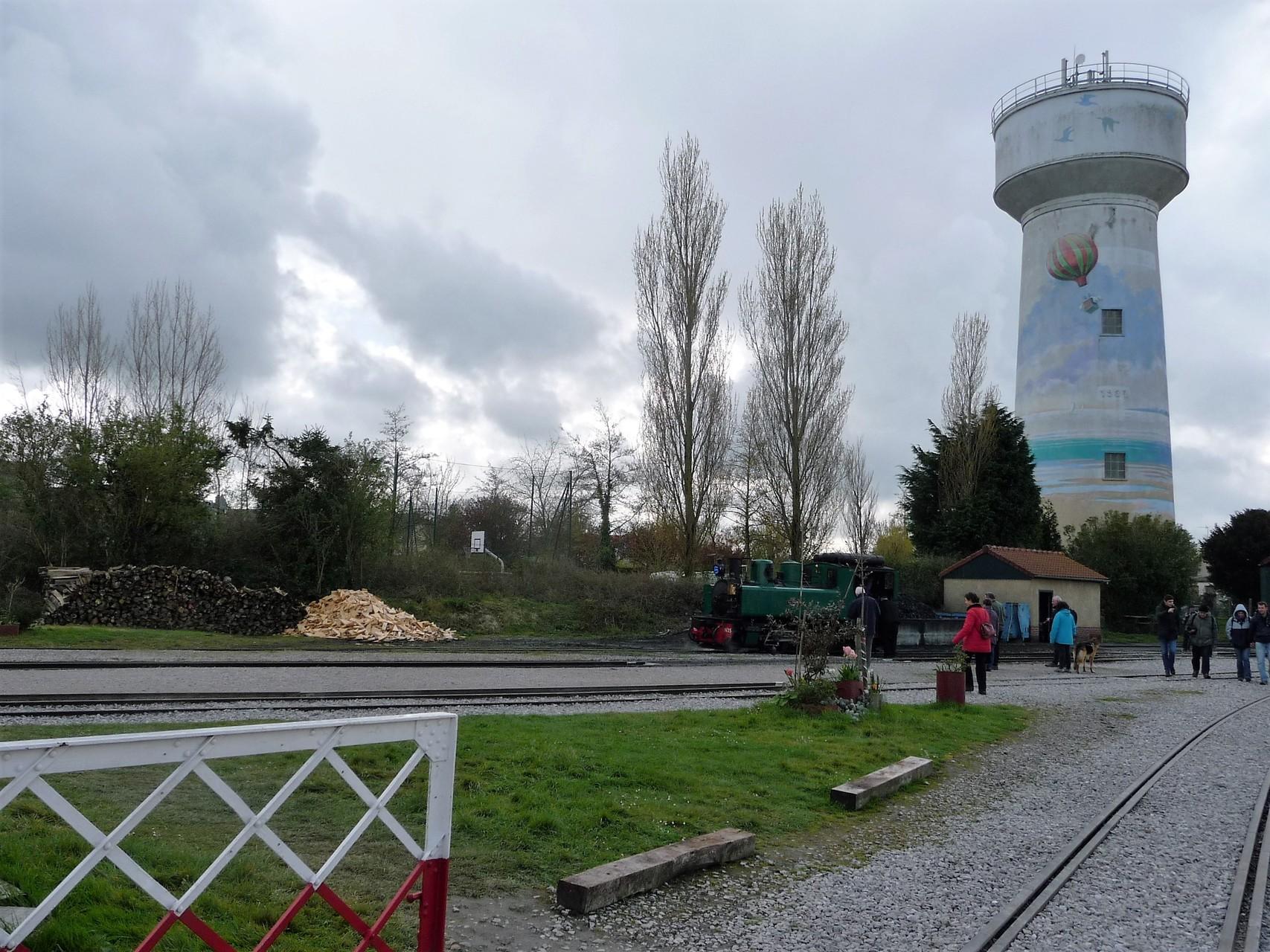 réserve de bois et château d'eau à la gare du Crotoy