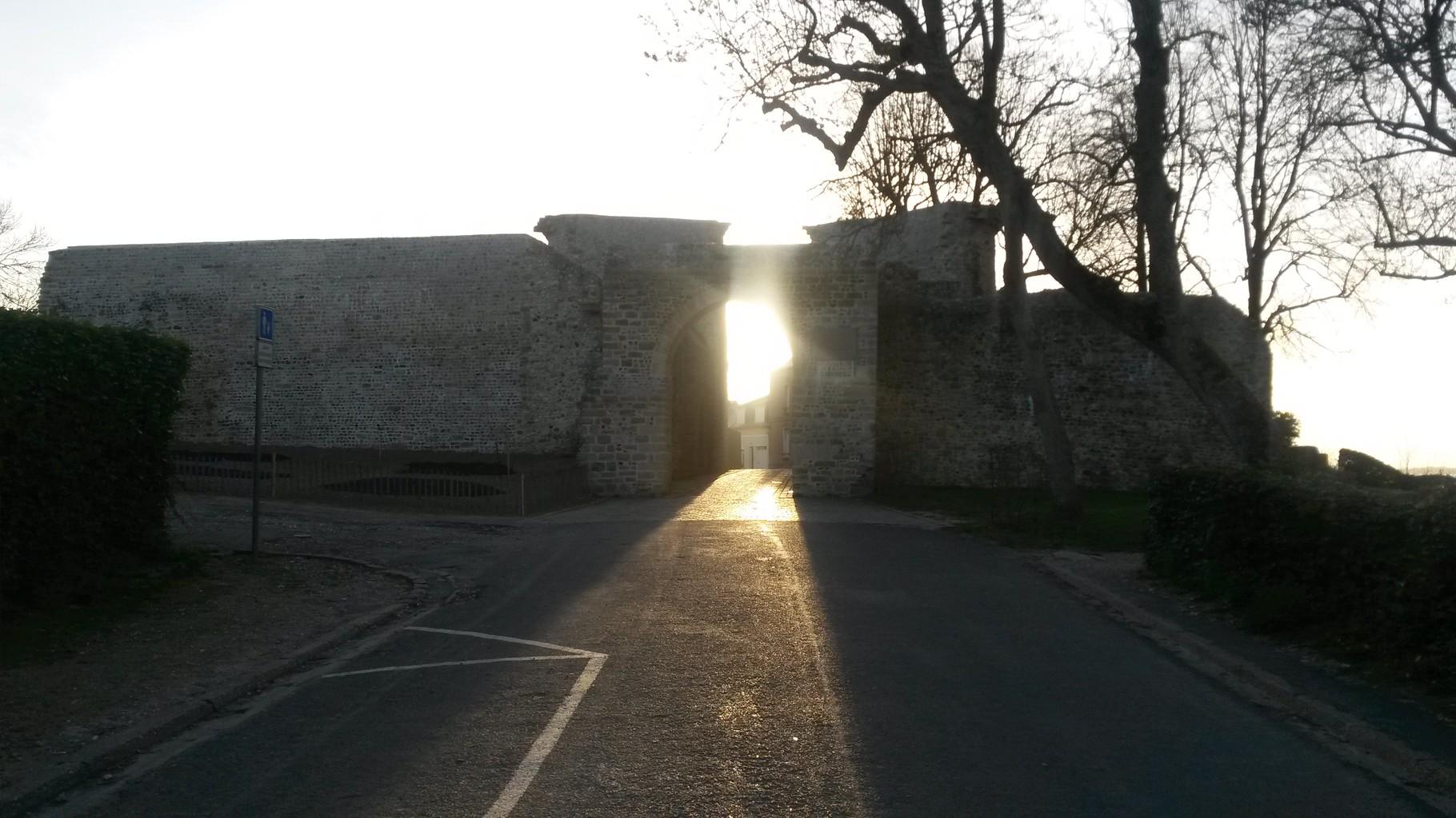 Soleil couchant derrière la Porte Jeanne d'Arc