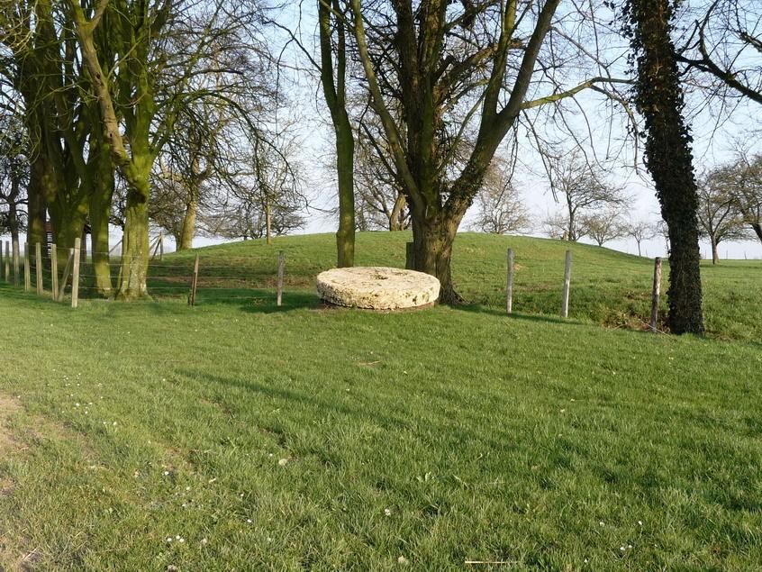 Les meules et la butte sur laquelle se trouvait le moulin<Moulin de Boubert<Mons-Boubert<Baie de Somme<Somme<Picardie