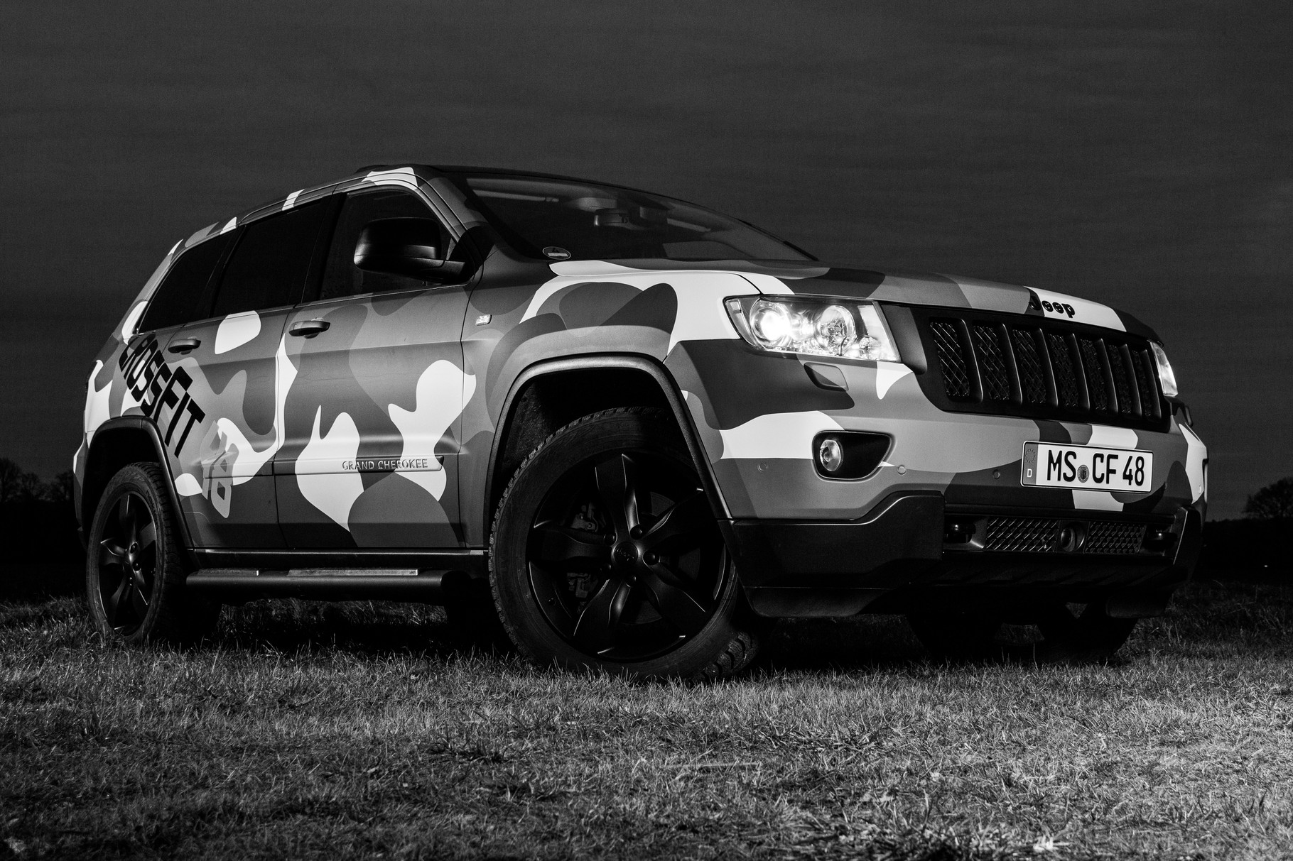 jeep grand cherokee in camouflage autoglas folierung