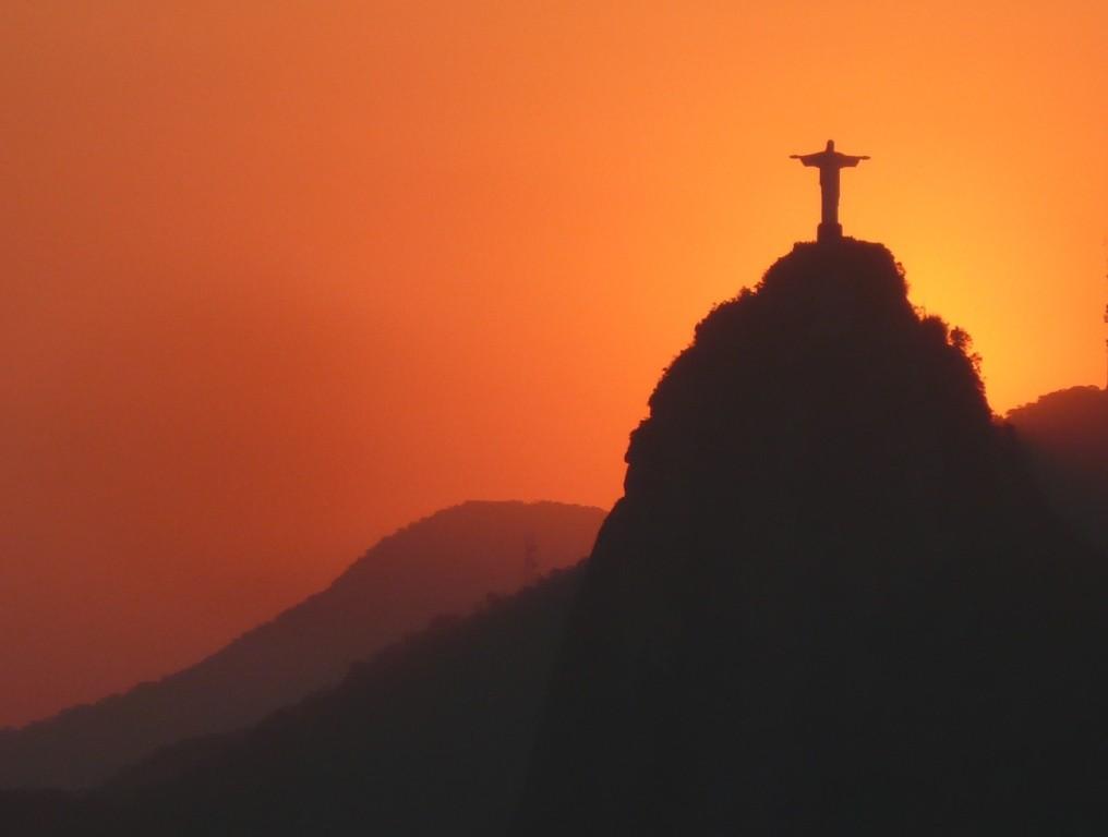 Sonnenuntergang auf dem Zuckerhut mit Blick auf den Corcovado mit meinem ehemaligen Schueler Robert M. am 1.10.2011