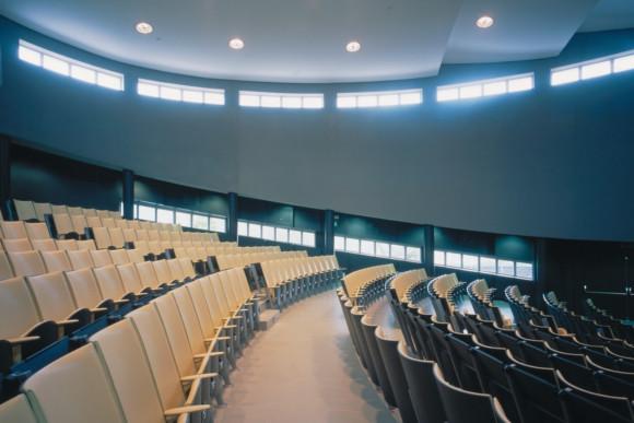 Akustikbau in einem Hörsaal von der CMS Fassadengestaltung GmbH