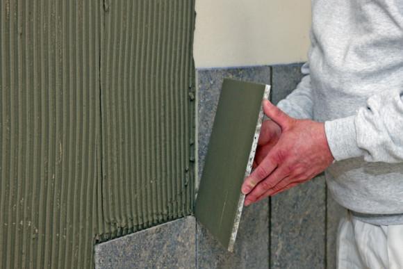 Anbringen einer Fliese an einer Außenfassade