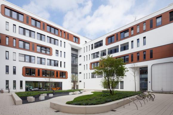 Fassadenanstrich von Bürogebäudekomplex in Weiß und Braun