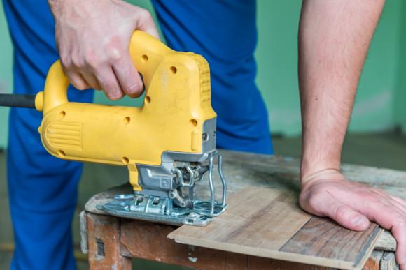 Ein Mitarbeiter der CMS Fassadengestaltung GmbH sägt eine Laminat platte zu