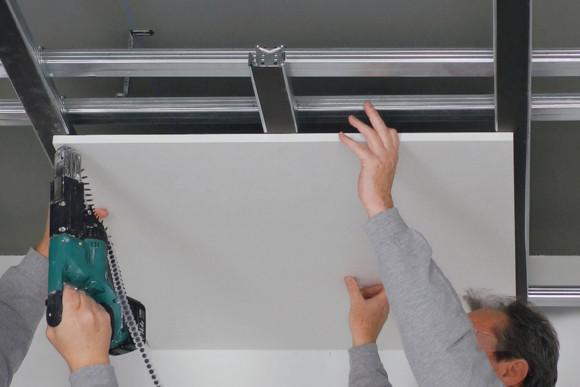 Festschrauben von einer Platte zum Decke abhänge von CMS Fassadengestaltung GmbH Mitarbeiter