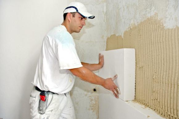 CMS Fassadengestaltungs Mitarbeiter bringt Trockenbau-Platten an
