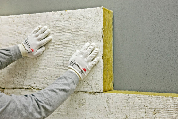WDVS-Platte wird an die Wandgedrückt