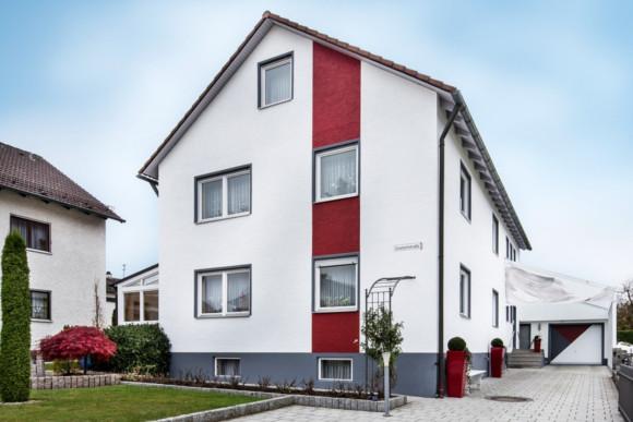 Fassadenanstrich vom Einfamilienhaus in Weiß und Rot