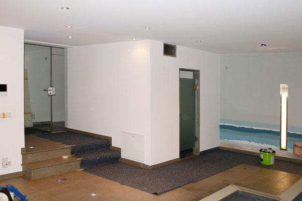 Schwimmbad vor der Wandmalerei
