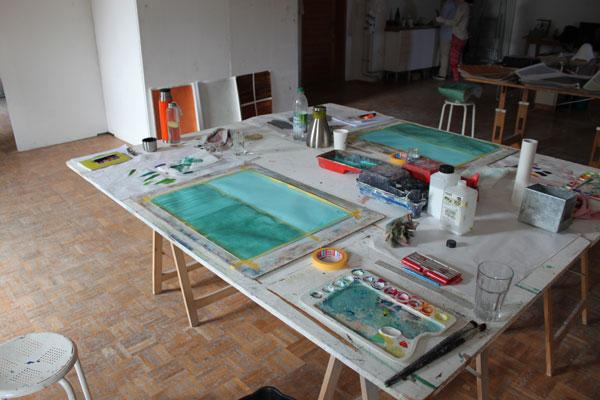 Jeder Teilnehmer malt an einem eigenen, großen Arbeitsplatz. Alle Werkzeuge und Farben werden zu Verfügung gestellt.