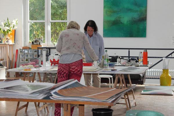 Im Atelier in Freienried wird alles erst theoretisch erklärt und dann wird gemalt