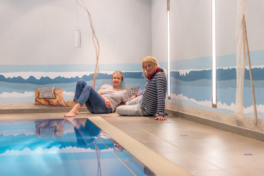 Wandmalerei in einem Schwimmbad läd zum schwimmen und verweilen ein