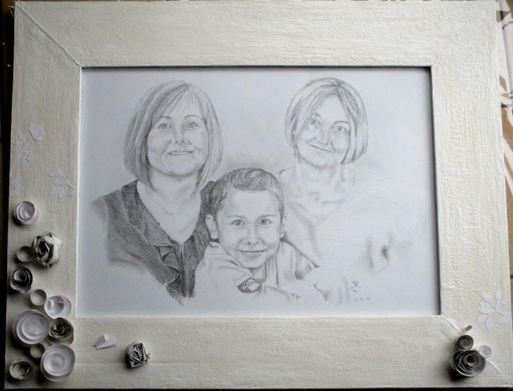 Portrait avec cadre en carton, 3 couches d'enduit (fait maison), peinture acrylique. Fleurs en papier 200g et papier journal