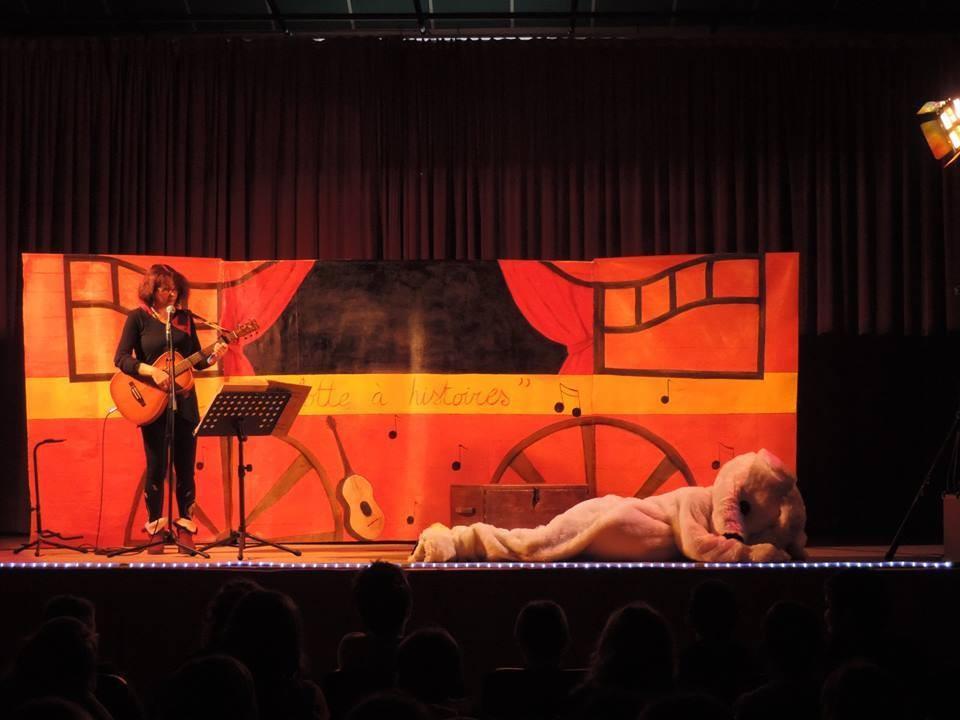 Décor sur tissu, enduit et peint pour un spectacle chanson de Valérie Jeanthon