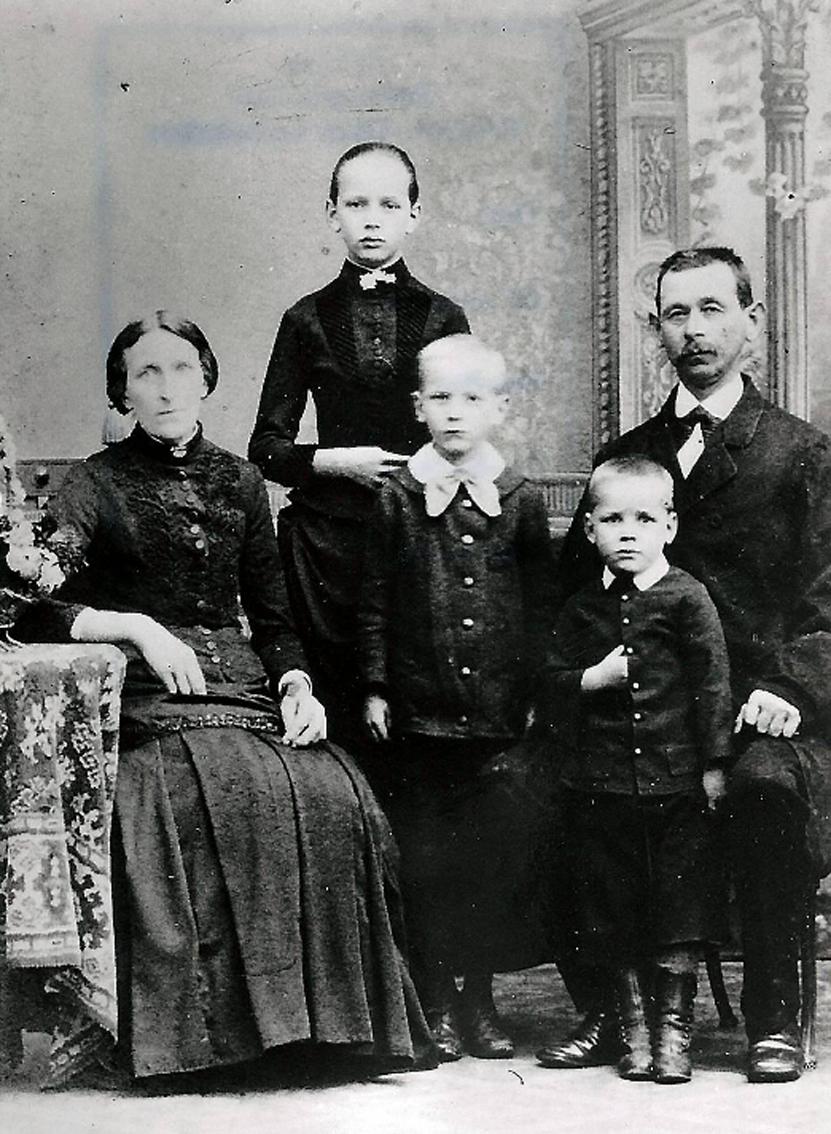 Die große und schlanke Louise Rump (2.v.l.) mit ihren  Eltern und Geschwistern  © Stiftung Reichspräsident-Friedrich-Ebert-Gedenkstätte