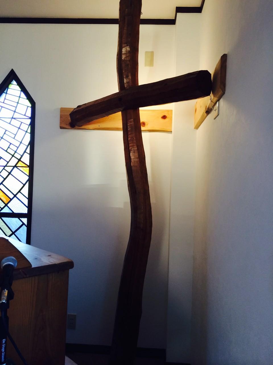 十字架。横から。前任の吉持日輪生牧師の父、吉持章牧師が造られた荒削りの十字架です。