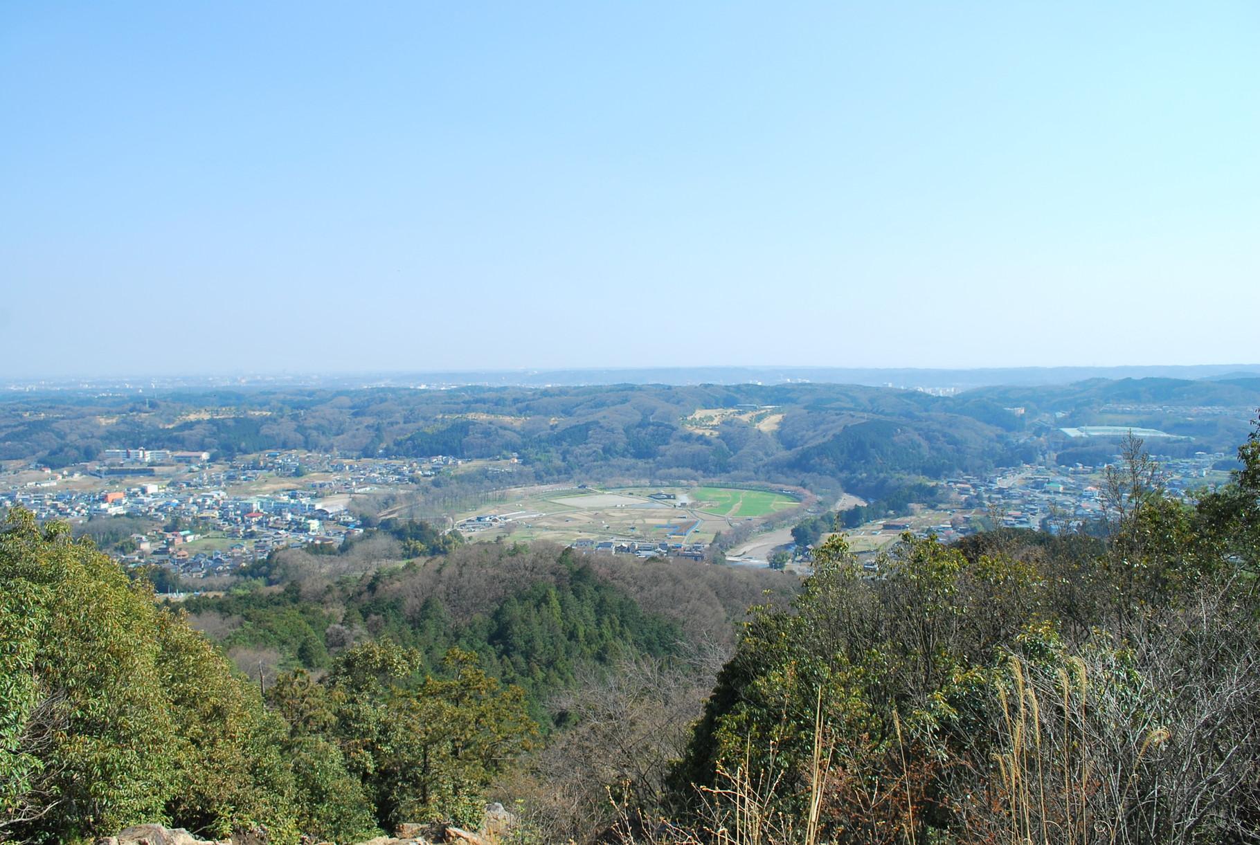 教会から徒歩圏内の日和田山からの景色。春には桜と菜の花、秋には曼珠沙華の巾着田が見えます。富士山もスカイツリーも見えます。
