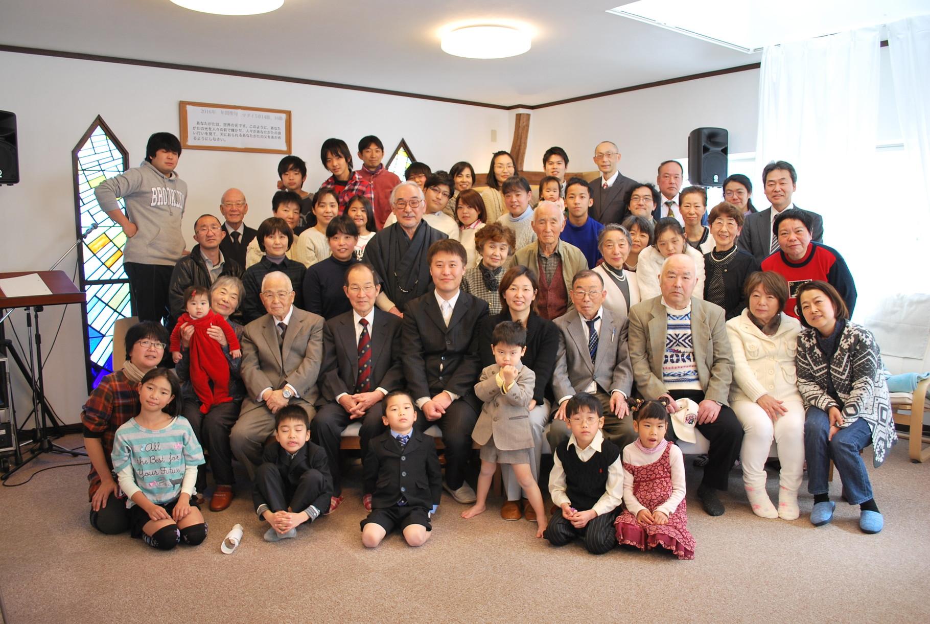 元旦礼拝での集合写真。クリスチャンは初詣でなく新年から礼拝をささげます。