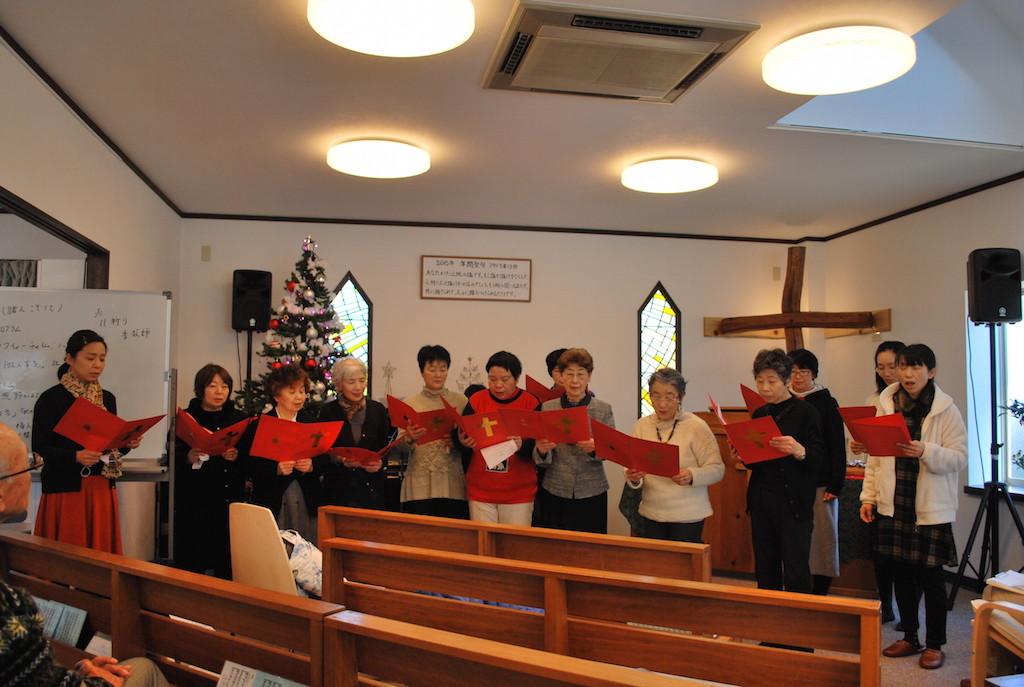 毎年クリスマス礼拝後に行われる楽しいクリスマス祝会での賛美の様子。