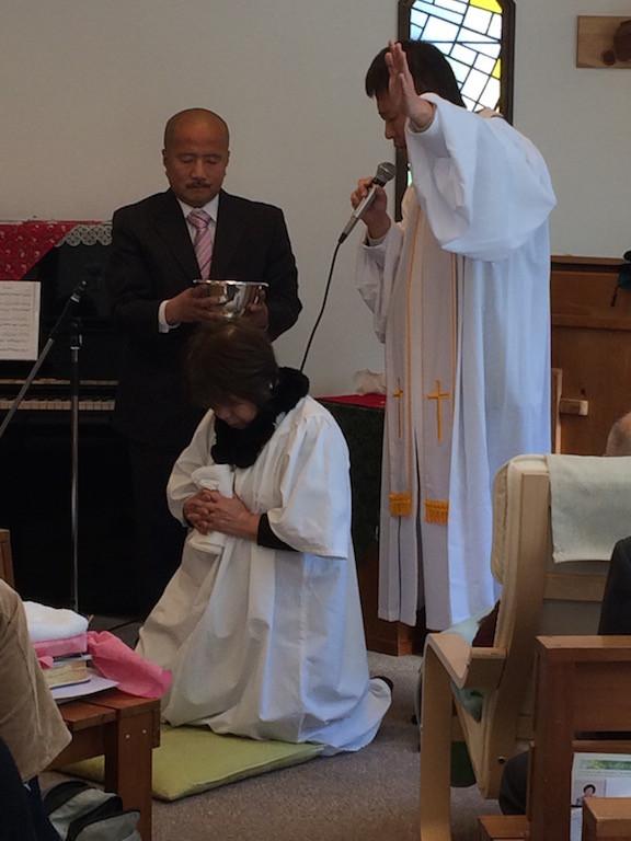 洗礼式。教会内で行うとこのようになります。