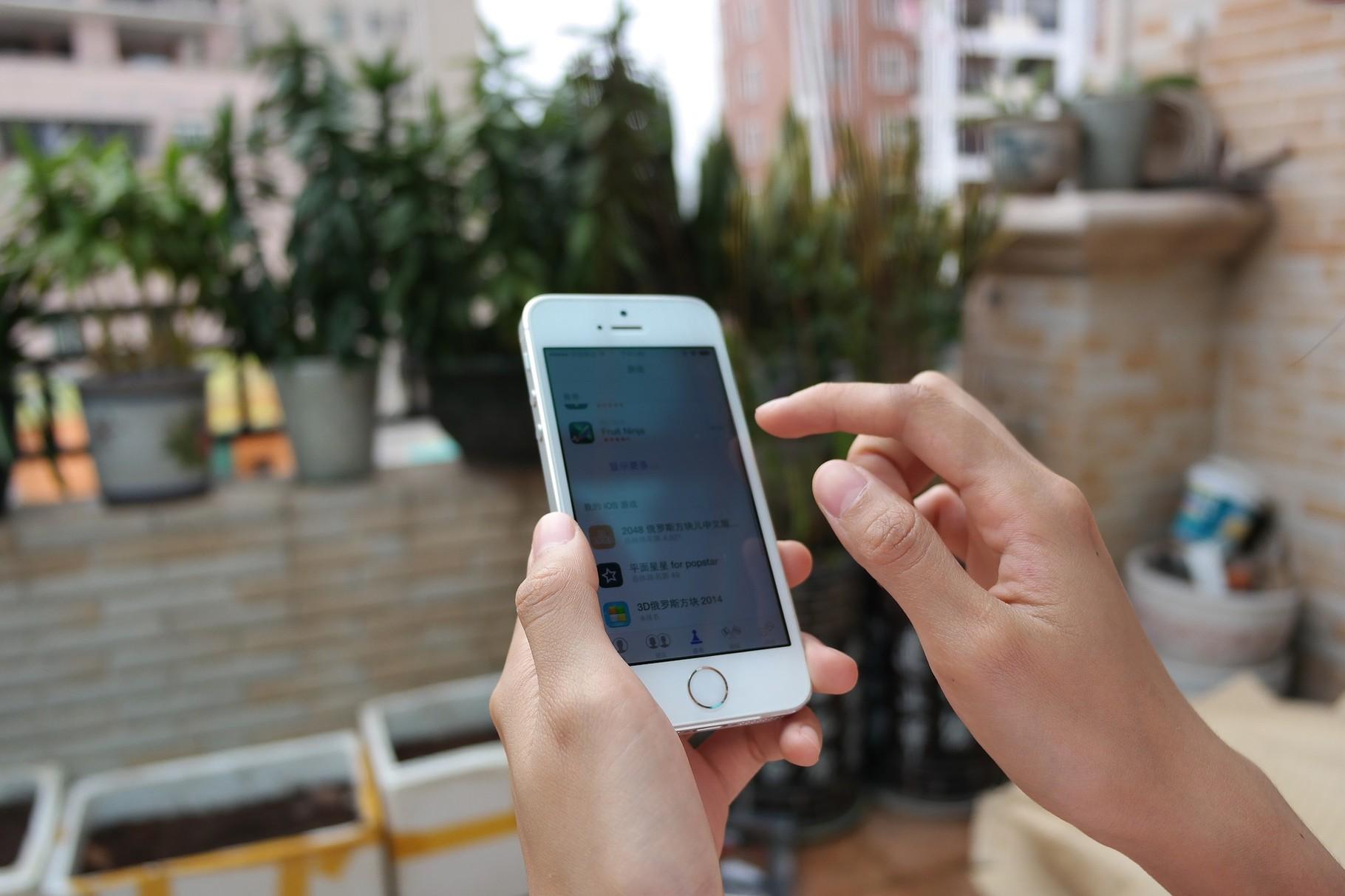 1. Benutze dein Smartphone nur noch wenn es notwendig ist. Vermeide daher unnötiges Hin-und Herscrollen auf Seiten die dir nichts nützen. Welche das sind weiß jeder von uns am besten =)