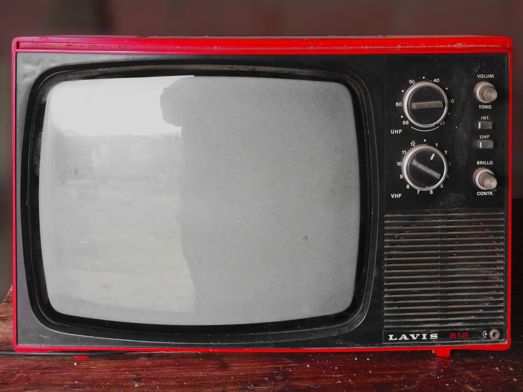 3. Am besten wäre es natürlich komplett auf Fernsehen zu verzichten. Ist dir dieser Schritt am Anfang zu radikal schalte den Fernseher nur noch dann ein, wenn etwas kommt, dass du wirklich sehen willst. Vermeide unnötiges Zappen zwischen den Programmen.