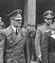 Dr. Karl Brandt (1994-1948) im Jahr 1941, rechts neben Hitler, Hitlers Beauftragter für die Tötungen der Aktion T4,Bild: (Ausschnitt): Bundesarchiv, Bild 183-H0422-0502-001 / CC-BY-SA