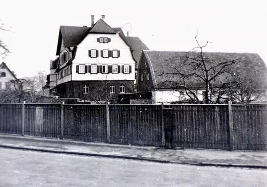Das frühere Zufluchtshaus in Oberensingen (heute: Tagesklinik im Schlössle). 1914 konnte ein großzügiger Neubau eingeweiht werden. Links das Kutscherhäuschen. - Foto: Privatarchiv Werner Föhl, Oberens
