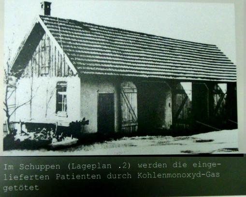 """Der Schuppen in Grafeneck, in dem die """"Euthanasie""""-Opfer vergast wurden. Foto: Anne Schaude, Motiv aus der Ausstellung in Grafeneck"""
