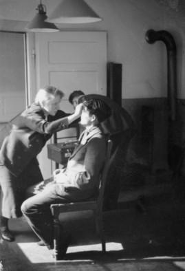 Eva Justin oder Sophie Erhardt untersucht ein Sinti-Kind auf angenommene rassische Merkmale, April 1938, aufgenommen von der Kripo Stuttgart, Bundesarchiv, Bild 146-1989-110-31 / CC-BY-SA
