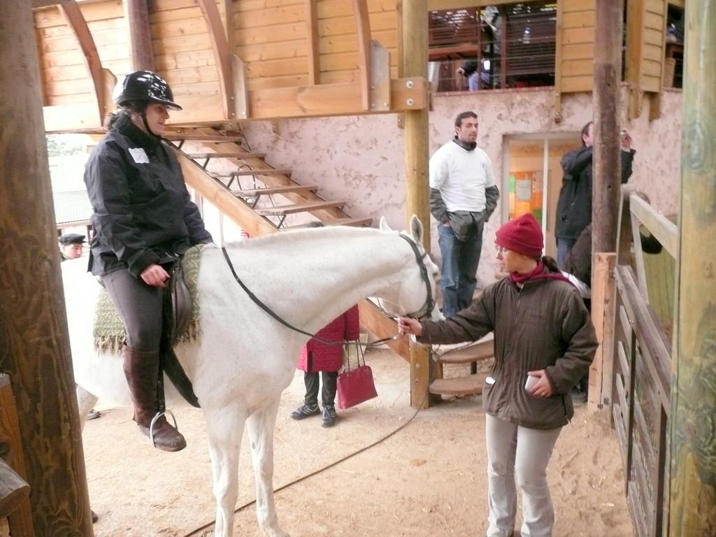 Elise sur son cheval blanc avec Olivia Jami